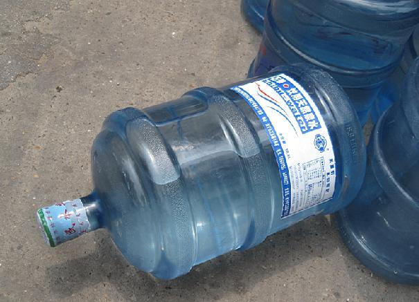 大明山桶装水的盖子咋整出来